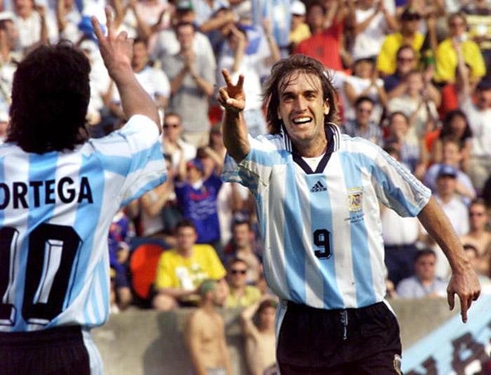 Argentina forward Gabriel Batistuta (R) flashes th